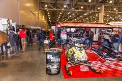 Motopark-2015 (BikePark-2015) Der Ausstellungsstand Motul Besucher passen den Stand auf Lizenzfreie Stockfotografie