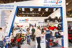 Motopark-2015 (BikePark-2015) Der Ausstellungsstand von C Moto Besucher passen den Stand auf Stockbild