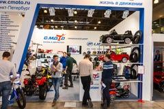 Motopark-2015 (BikePark-2015) Der Ausstellungsstand von C Moto Besucher passen den Stand auf Lizenzfreie Stockfotos