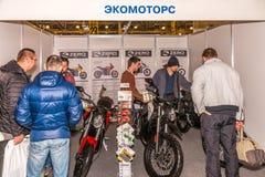 Motopark-2015 (BikePark-2015) Der Ausstellungsstand von Ecomotors-Shop Elektrisch-Motorräder Lizenzfreie Stockfotografie