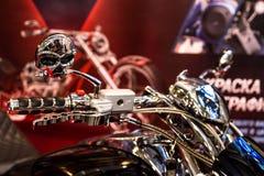 Motopark-2015 (BikePark-2015) Der Ausstellungsstand von MGS-Moto Lenkstange des Motorrades mit dem ursprünglichen Design Lizenzfreies Stockfoto