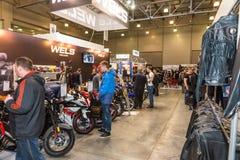 Motopark-2015 (BikePark-2015) Der Ausstellungsstand von Wels Kunden, die den Ausstellungsstand besuchen Lizenzfreies Stockfoto