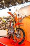 Motopark-2015 (BikePark-2015) 与摩托车(自行车) Enduro竟赛者RC200XZT的陈列立场 库存照片