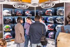 Motopark-2015 (BikePark-2015) Il supporto di mostra del negozio di GSB La vetrina con i caschi Gli ospiti sono scelgono un casco Immagine Stock
