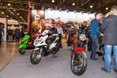 Motopark-2015 (BikePark-2015) Les gens regardent au support avec des motos et des scooters Image stock