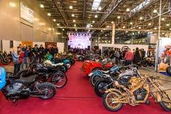 Motopark-2015 (BikePark-2015) Obyczajowa strefa Goście oglądają na unikalnych motocyklach Fotografia Royalty Free