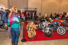 Motopark-2015 (BikePark-2015) Obyczajowa strefa Goście oglądają na unikalnych motocyklach Obraz Stock