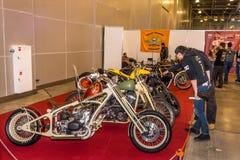 Motopark-2015 (BikePark-2015) Obyczajowa strefa Goście oglądają na unikalnych motocyklach Obrazy Royalty Free