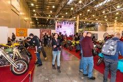 Motopark-2015 (BikePark-2015) Obyczajowa strefa Goście oglądają na unikalnych motocyklach Zdjęcie Royalty Free