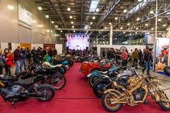 Motopark-2015 (BikePark-2015) Obyczajowa strefa Goście oglądają na unikalnych motocyklach Zdjęcia Stock