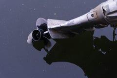 Motor abandonado del barco en el lago imagenes de archivo