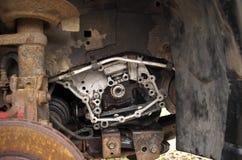 Motor, absorptievat en roestige remschijf op een gebroken auto in yar royalty-vrije stock afbeelding