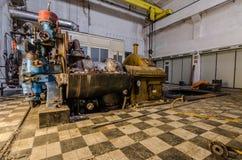 motor amarillo en el edificio de la fábrica Imágenes de archivo libres de regalías