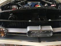Motor av en klassisk Ford Mustang bil Arkivbild