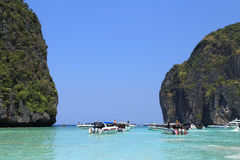 Motor boats on turquoise water of Maya Bay lagoon Royalty Free Stock Photos