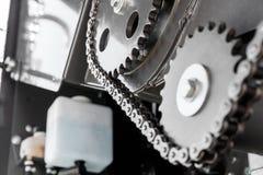 Motor con las cadenas del engranaje y los mecanismos de la transmisión de un moderno Imágenes de archivo libres de regalías