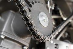 Motor con las cadenas del engranaje y los mecanismos de la transmisión de un moderno Fotos de archivo libres de regalías