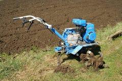 Motor-cultivador na horta ploughed Foto de Stock Royalty Free