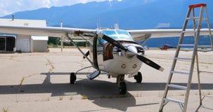 Motor de avión en el hangar cercano aeroespacial 4k almacen de video