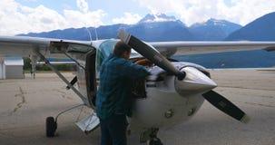 Motor de avión de mantenimiento del ingeniero cerca del hangar 4k almacen de video