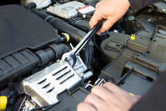 Motor de coche de Holding Spanner Fixing del mecánico Foto de archivo libre de regalías