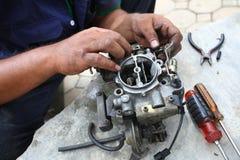 Motor de coche de la fijación de la mano, caburator. Imagenes de archivo