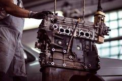 Motor de coche en el mecánico Fotografía de archivo libre de regalías