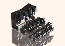 Motor de coche negro y de plata desmontado en un blanco fotografía de archivo libre de regalías