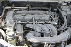 Motor de coche polvoriento debajo de la capilla del coche Foto de archivo libre de regalías