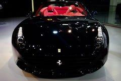 Motor de Dubai, esquina de Ferrari que exhibe sus nuevos coches épicos imagenes de archivo
