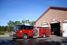 Motor de incêndio estacionado na frente da estação número 3 Imagens de Stock