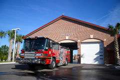 Motor de incêndio estacionado na frente da estação número 3 Imagem de Stock