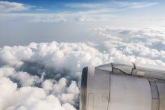 Motor de jato do avião de passageiros e céu nebuloso Fotografia de Stock