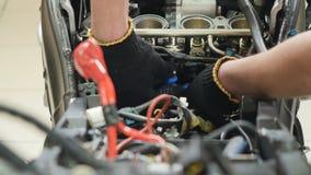 Motor de la reparación del trabajador de la motocicleta almacen de video