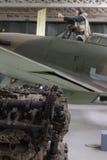 Motor de Rolls Royce Merlin roto en primero plano con el vendedor ambulante borroso Hurricane en fondo fotos de archivo libres de regalías