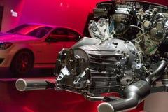 Motor in de toonzaal van het autohandel drijven Stock Foto's