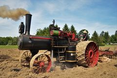 Motor de trator do vapor de Amish que ara o campo fotos de stock royalty free