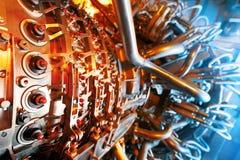 Motor de turbina de gas situado dentro de los aviones Energía limpia en una central eléctrica usada en una central costera del re foto de archivo