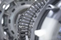 Motor de turbina Tecnologias de aviação Detalhe do motor de jato dos aviões na exposição Azul tonificado Imagem de Stock Royalty Free
