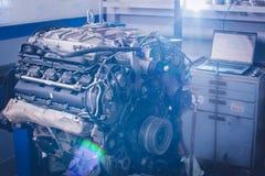Motor de um hot rod na luz solar fotos de stock