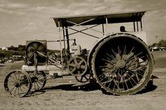 Motor de vapor en la reunión de una trilladora del vapor (blanco y negro) foto de archivo libre de regalías