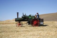 Motor de vapor en un campo de trigo. Fotografía de archivo libre de regalías