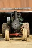 Motor de vapor parqueado delante del edificio Imagen de archivo