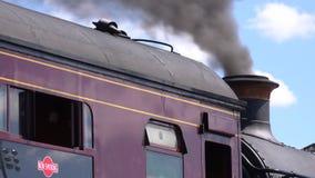 Motor de vapor que fuma de la chimenea 4K