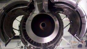 Motor del aeroplano bajo mantenimiento pesado Mantenimiento de aviones, motor plano desmontado Chasis del aeroplano fotos de archivo