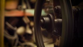 Motor del compresor de aire en garaje almacen de metraje de vídeo
