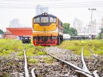 Motor del tren del vintage en vía Imagenes de archivo