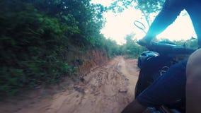 Motor, der durch ländliches Kambodscha radfährt stock footage