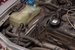 Motor diesel en el coche y la reserva de agua plástica Motor diesel viejo sucio fotos de archivo