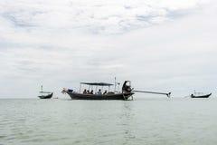 Motor diesel grande del longtail del viaje tradicional tailandés del barco en la contaminación del humo de la acción Imagen de archivo libre de regalías